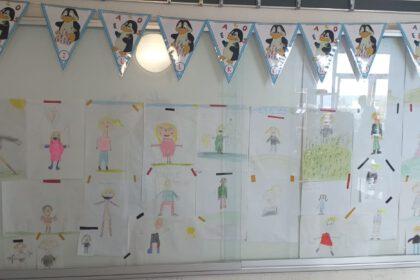 Die Kinder der Pinguinklasse haben die Klassenlehrerin Frau Niebch gemalt und gemeinsam das Bild ausgewählt, dass sie am besten darstellt. Dieses Bild kann in der Rubrik Lehrkräfte bewundert werden!